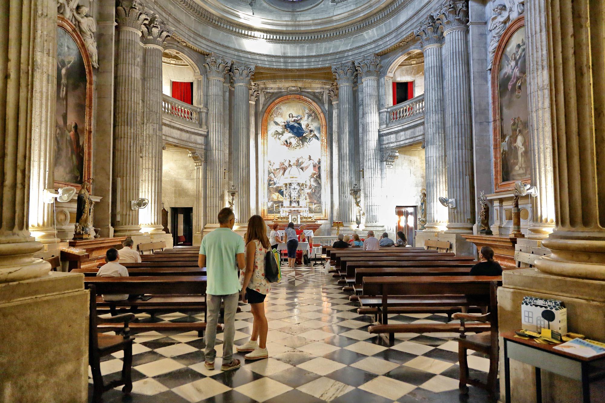 'El Camarín' es una capilla anexa a la catedral donde cada viernes muestran la Santa Faz.
