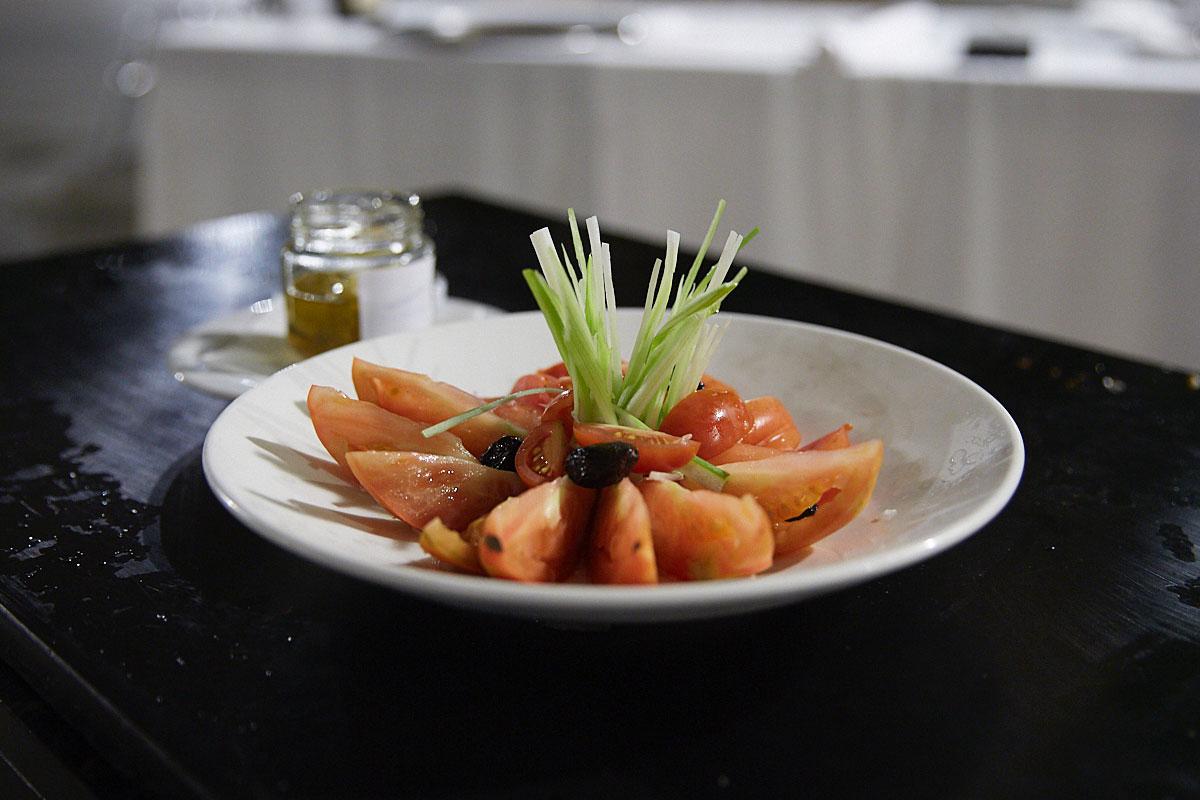Tomate de Barbastro con cebolleta y lomo de atún hecho en casa, ideal para empezar.
