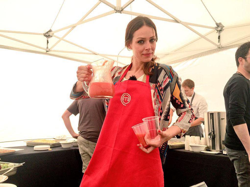 Eva González sirviendo gazpacho durante la grabación de Masterchef. Foto: cedida.