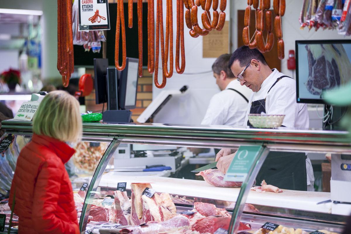 De los caseríos de la zona, las carnes van directas a 'Hermanos Etxezarreta'.