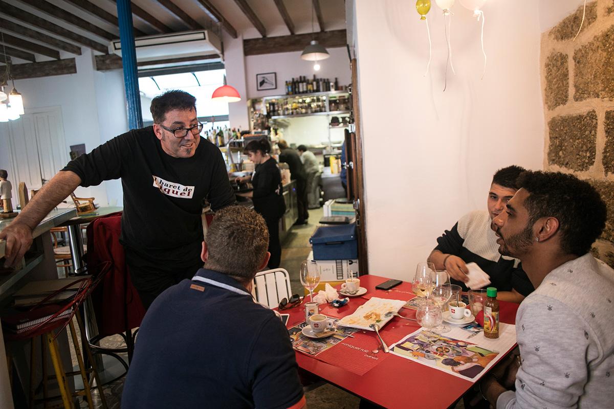 El chef se relaciona con los clientes.