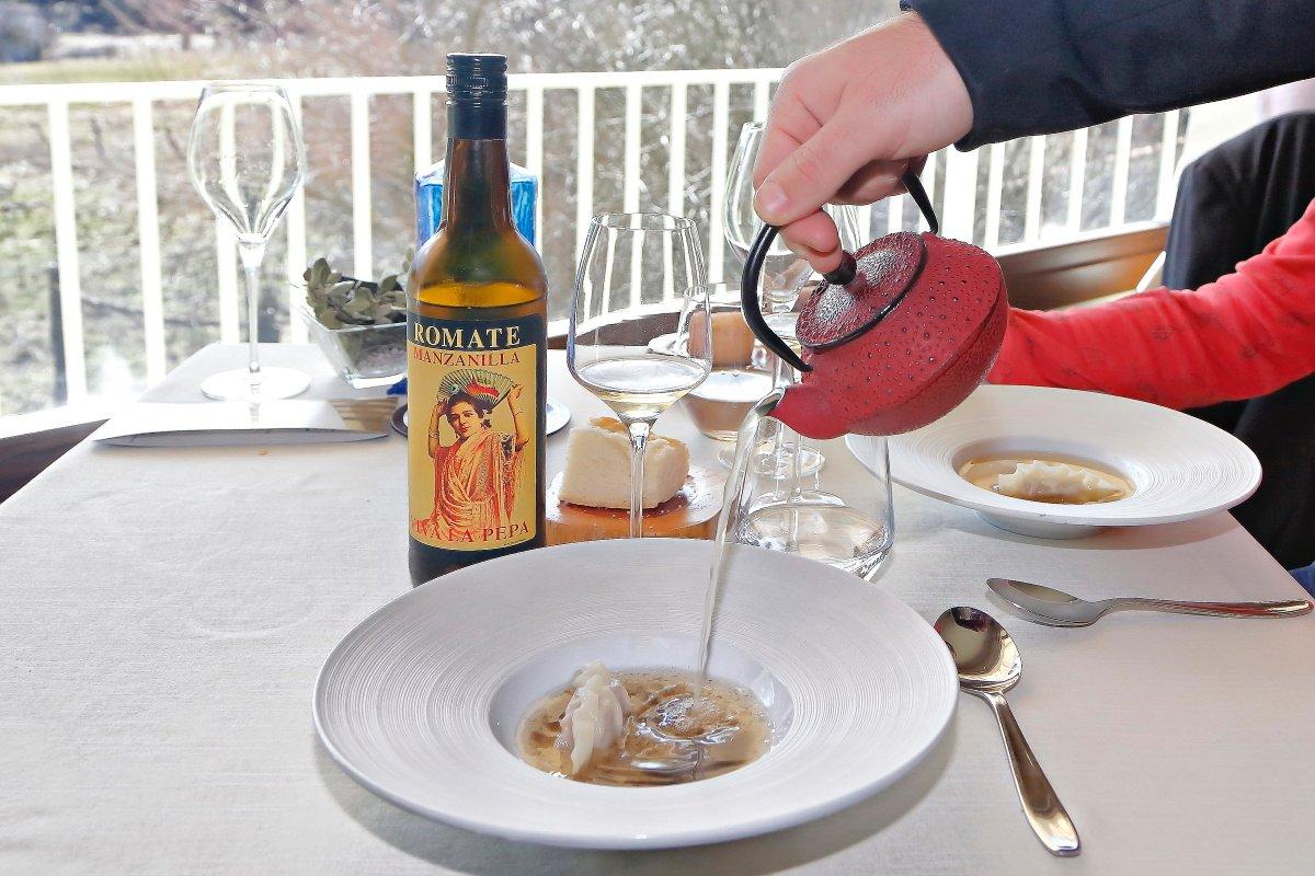 La ceremonia del té para servir la sopa de cocido.