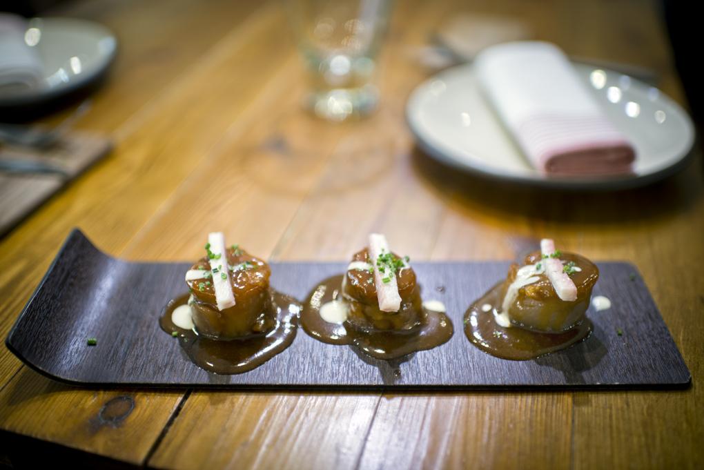 Los rabitos de cerdo, marcados a la plancha, con queso Idiazábal y anguila ahumada.