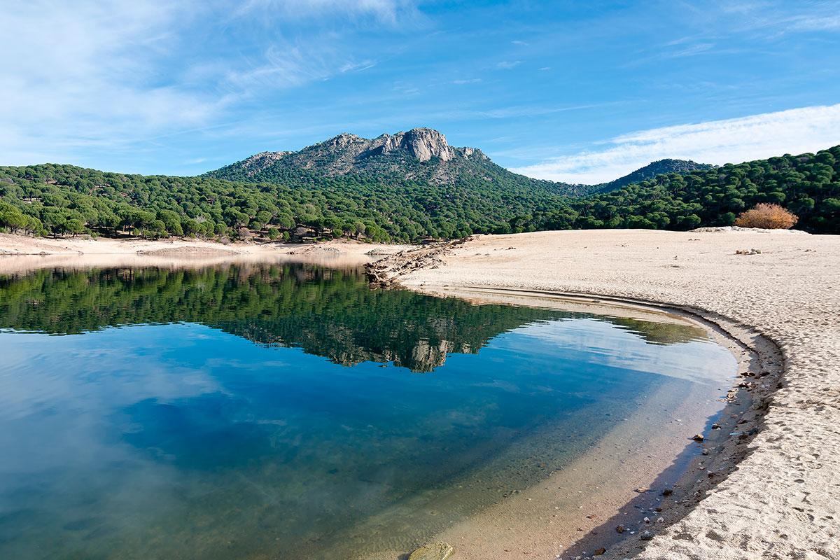 El pantano de San Juan esconde bajo sus aguas los restos de una ermita. Foto: Shutterstock