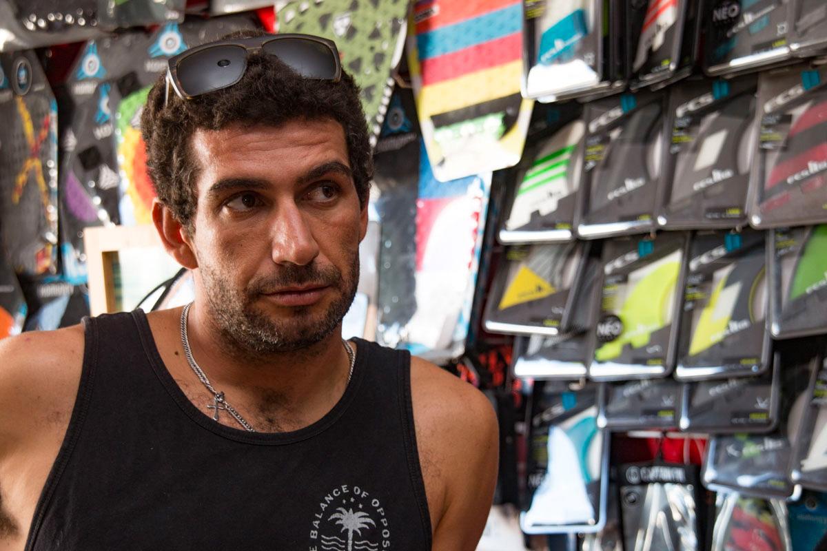 Acaymo Gorrín dirige La Santa Surf Pro Center, una escuela de surf.