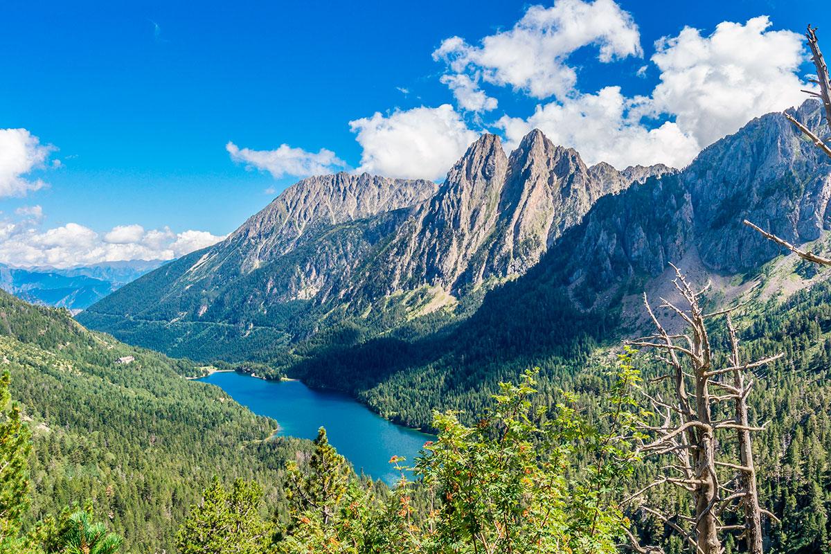Sort: Lago San Maurici con los picos gemelos Los Encantats al fondo. Foto: Shutterstock