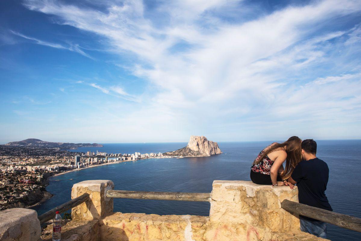 Una pareja disfruta de las vistas del Mirador del Morro de Toix, en Calpe, Alicante.