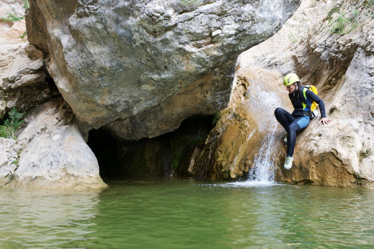 En Alquézar, puedes recorrer sus famosas pasarelas o bañarte en alguna de sus pozas. Foto: Shutterstock
