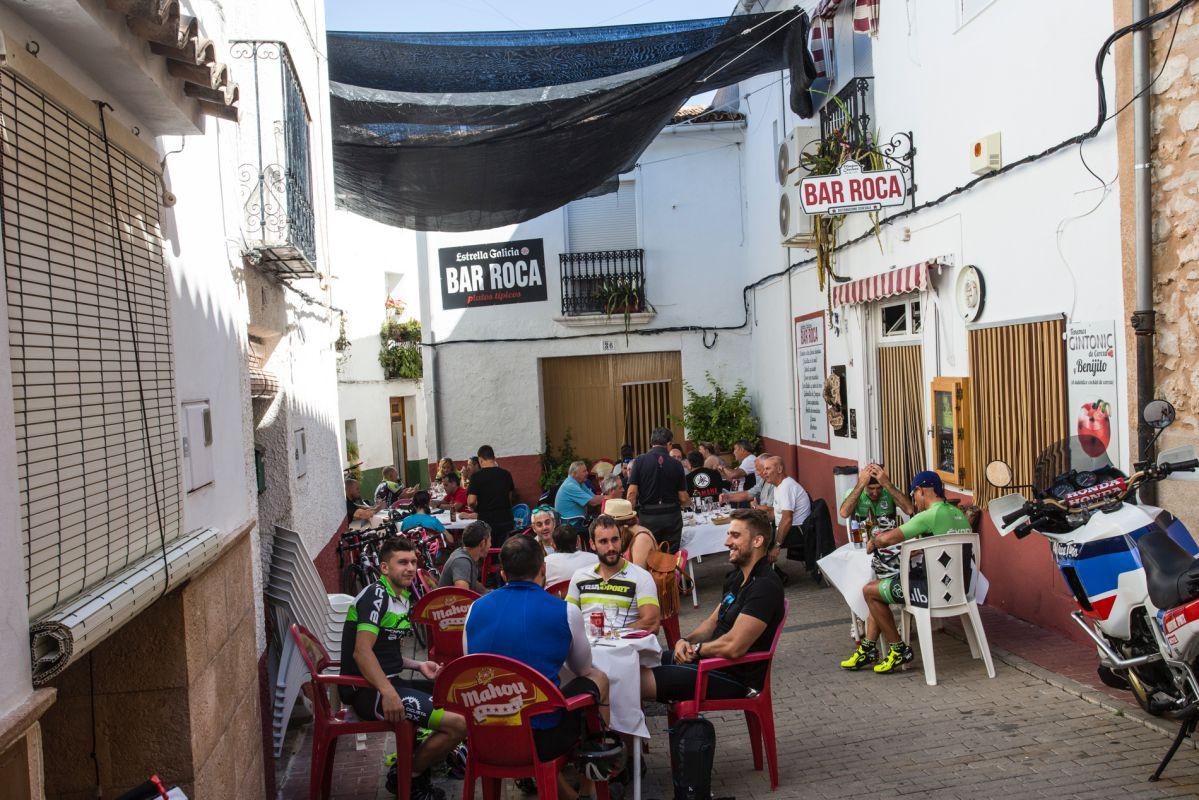 Terraza del bar Roca con gente, en Benirrama, Valle de la Gallinera, Valencia.