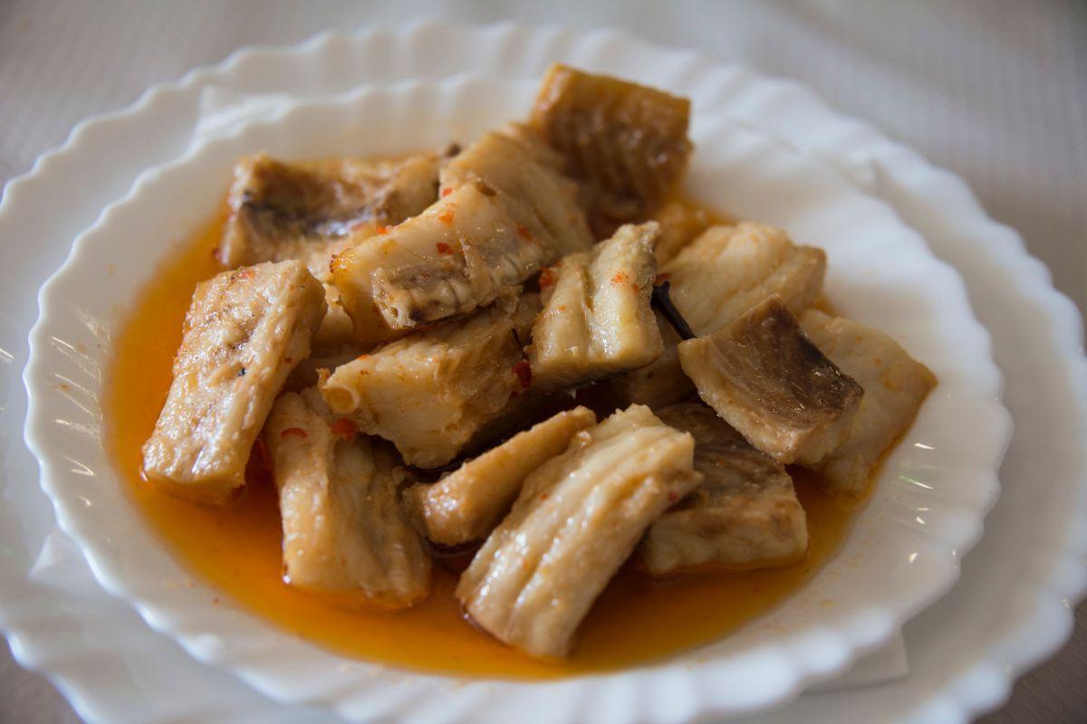 Plato de tollos, o trozos de cazón en salsa, en el guachinche Quintero, en Tenerife.