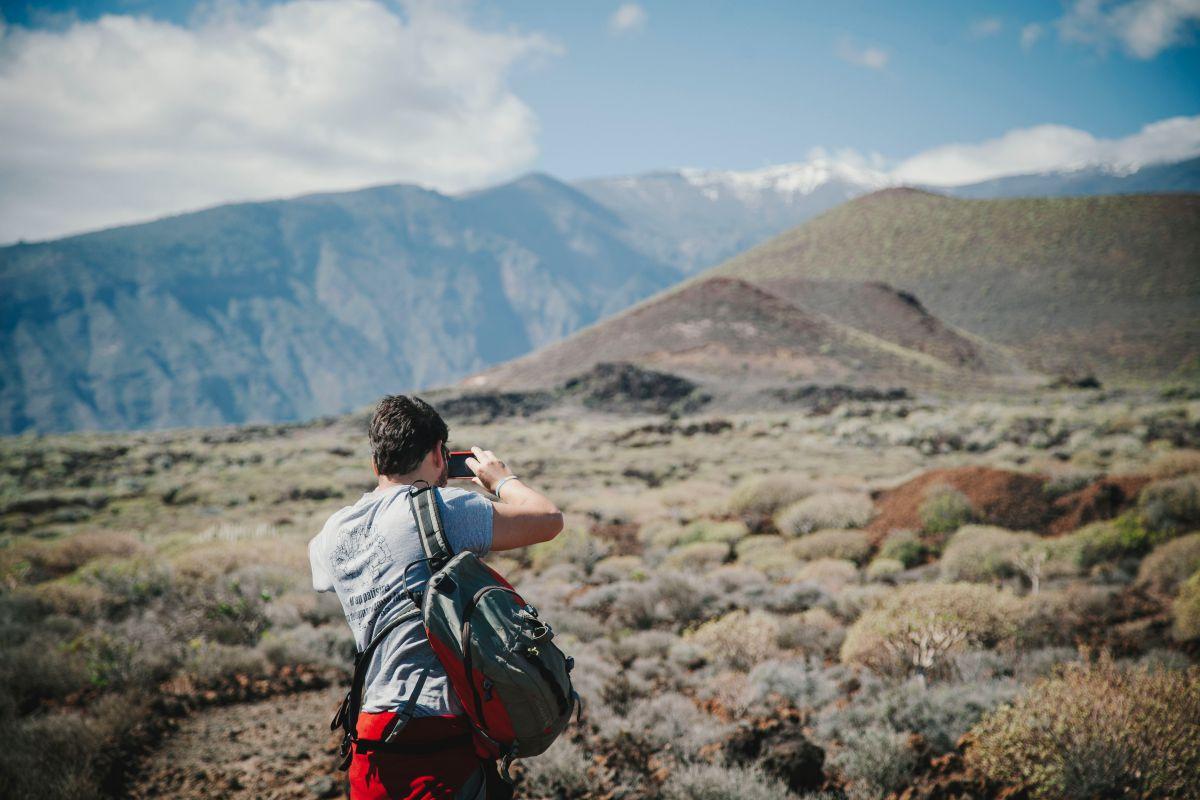 Durante parte de la ruta, las cumbres nevadas le dan un refrescante punto al paisaje volcánico.