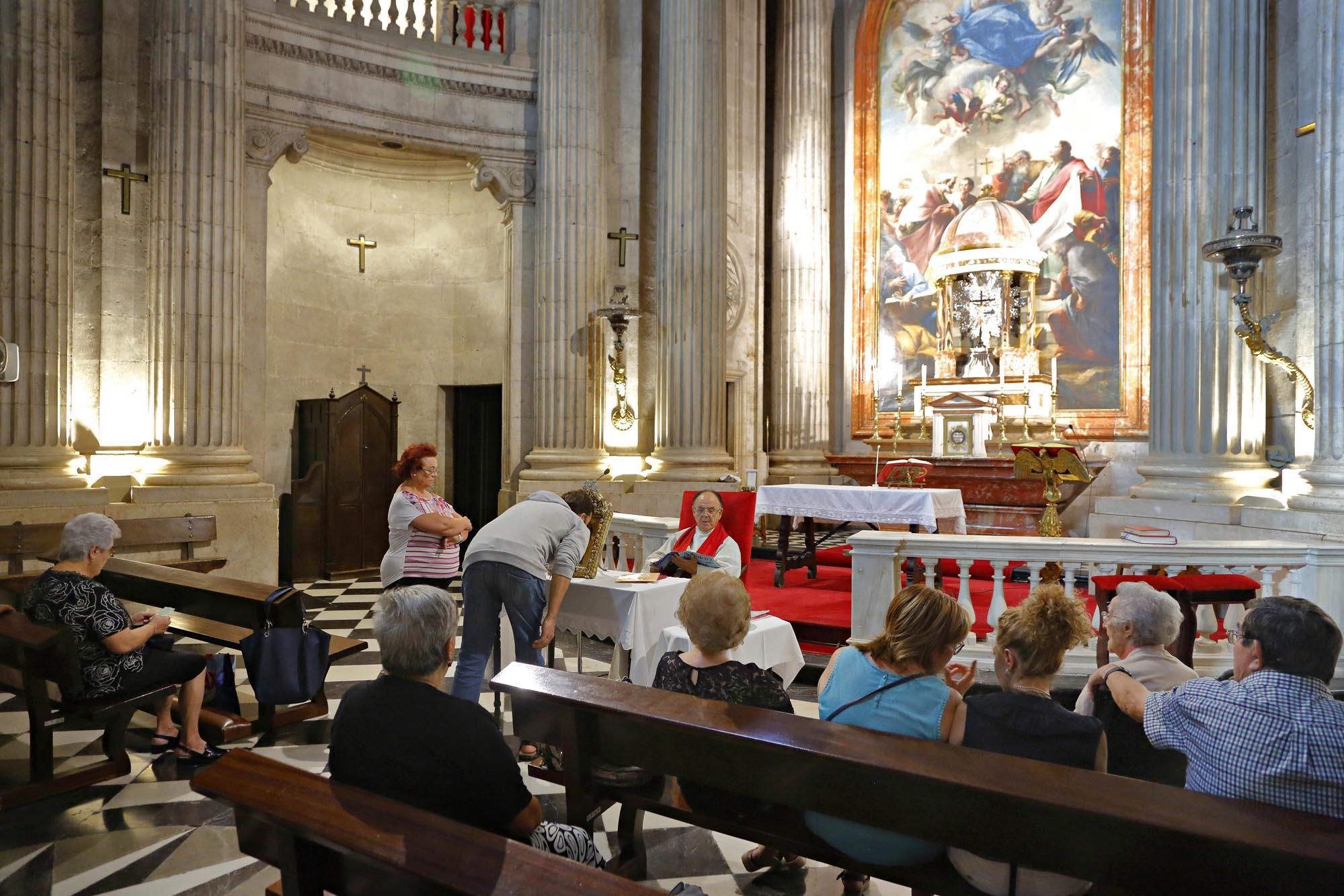 El Santo Rostro se expone cada viernes en 'El Camarín'. Es tradición besar la imagen.