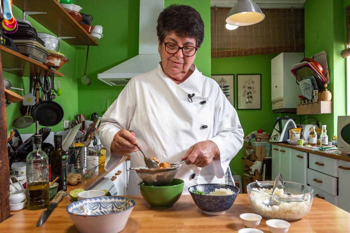 Rosa Tovar cuela los tacos de atún con aliño en un colador para la receta del poke bowl de atún picante.