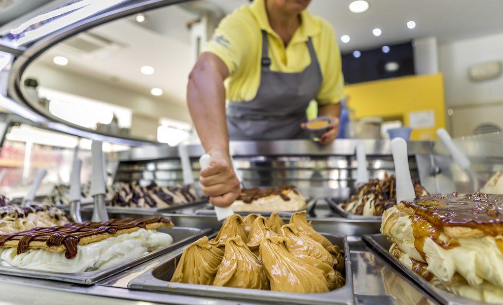 Dependienta de la heladería Kulúa sirviendo un helado.