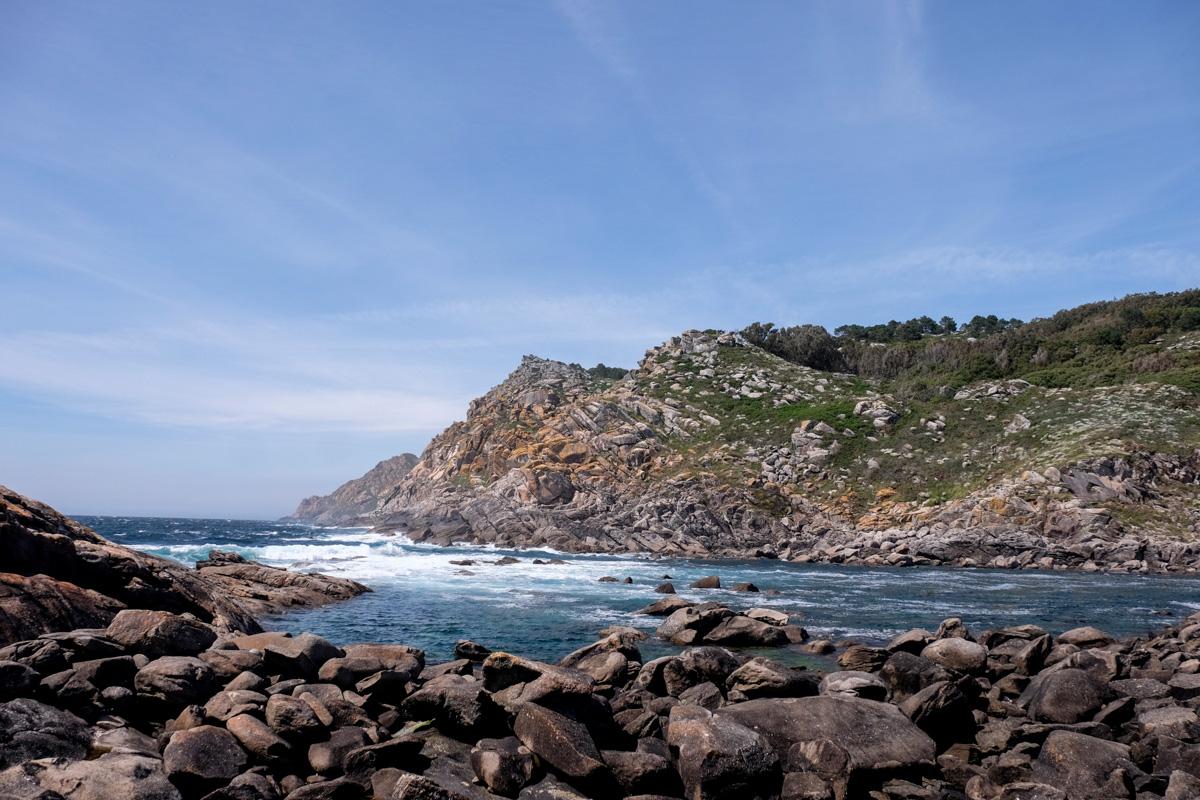 El puente que une dos de las islas de Cíes es rebasado muchas veces por el Atlántico.
