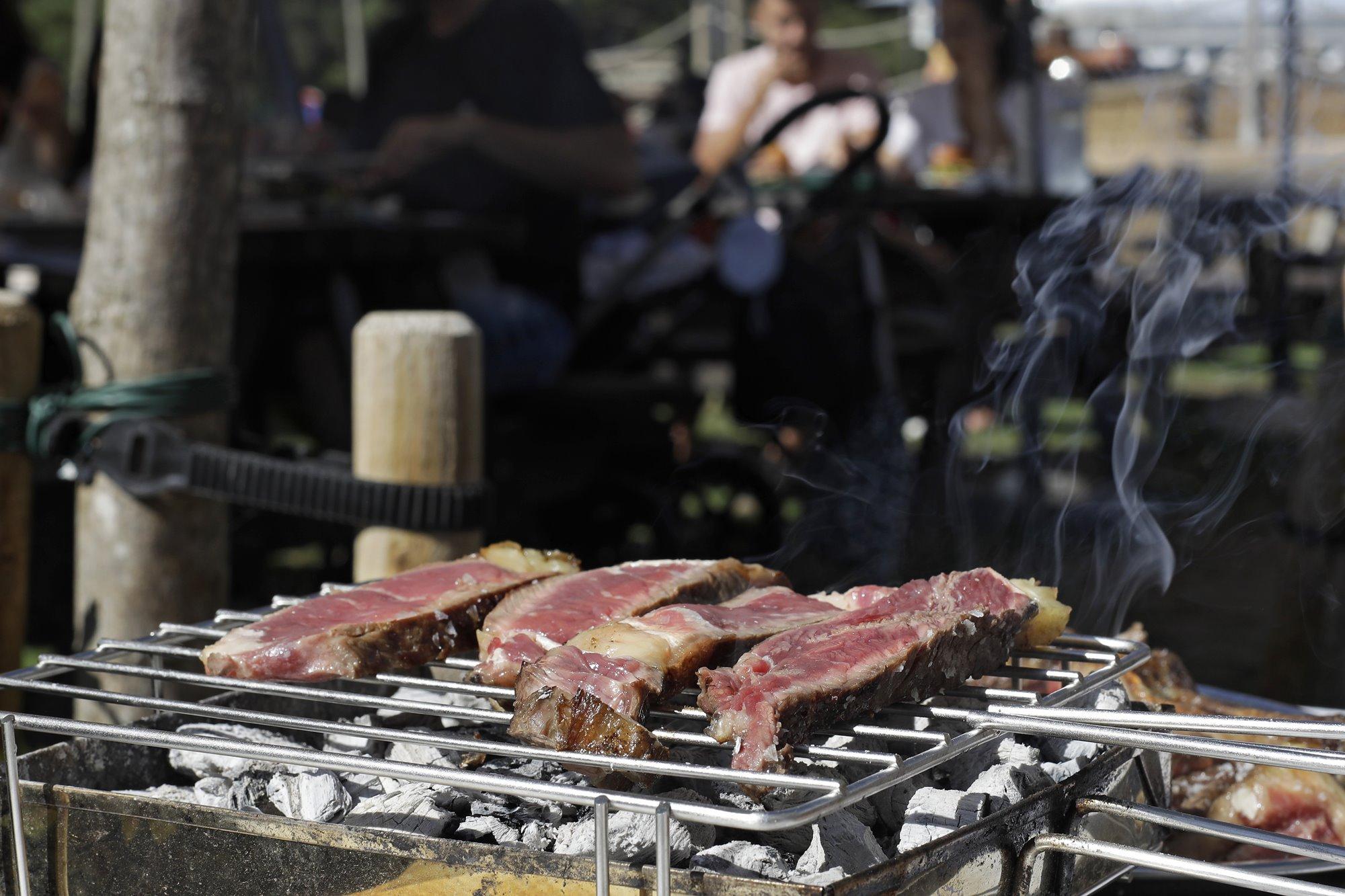 Los niños dejarán de jugar en cuanto huelan la carne a la brasa.