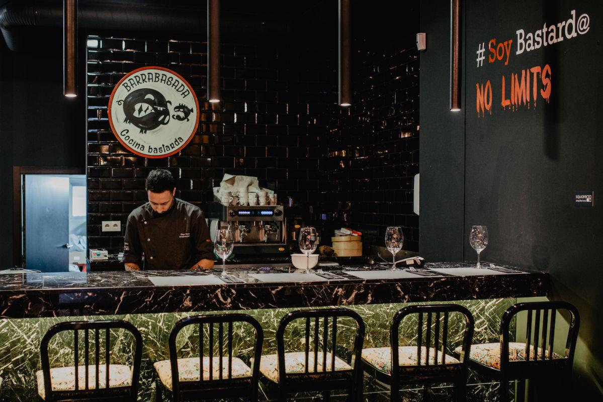Diego Novas detrás de la barra del restaurante.