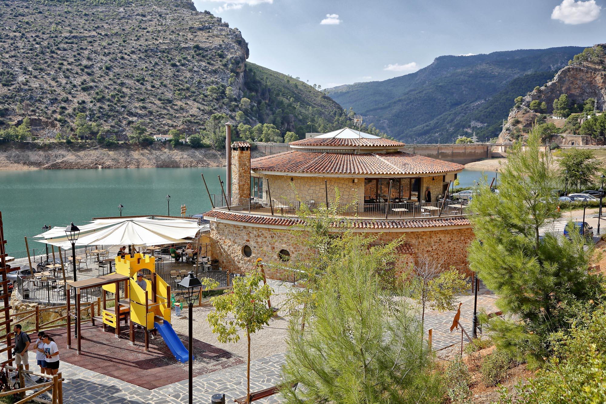En el Centro Turístico y Recreativo del Embalse de El Tranco se pueden reservar las diferentes actividades y comer como un rey.