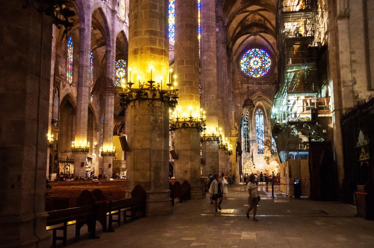 El interior de la Seu, místico y lleno de obras de arte. Foto: Shutterstock.