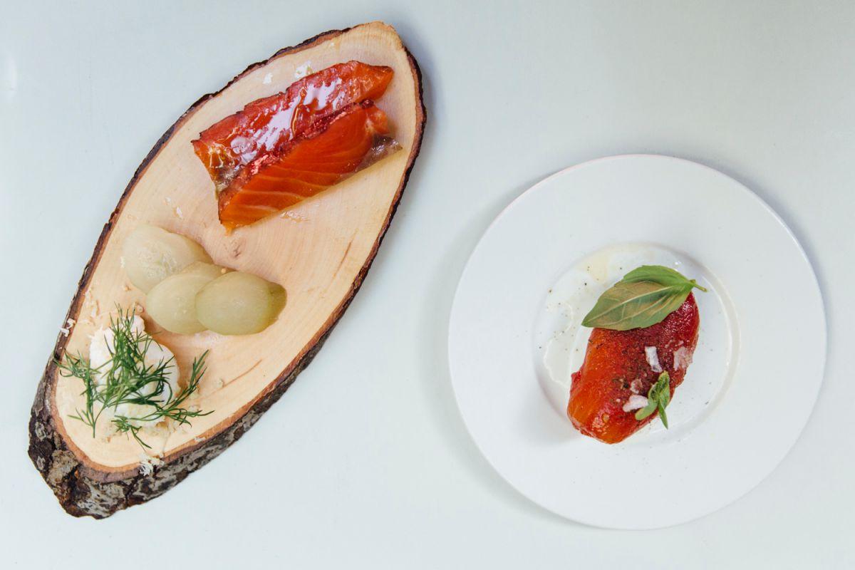 Plato de salmón ahumado al hibiscus con pepinos agridulces y tomate lágrima con 'mozzarella'.