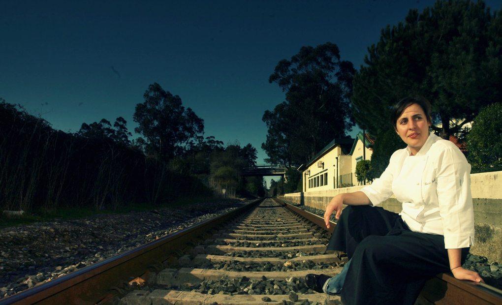 Beatriz Sotelo en las vías de la estación de Cambre.
