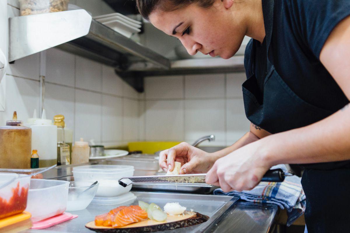 Rallando el rábano raifort, una vez cortado el salmón que desespinan y ahuman allí mismo.