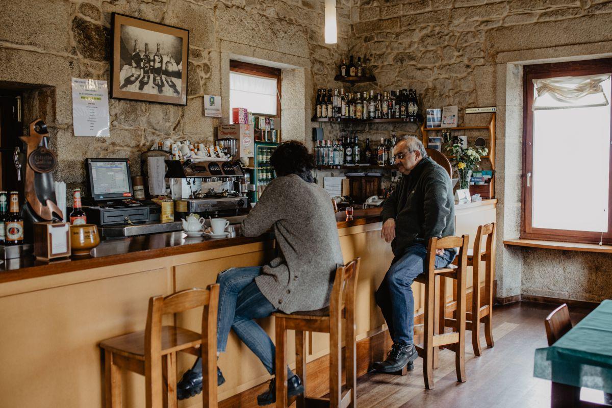 Interior del bar del hotel Semáforo de Bares, en Mañón, A Coruña.