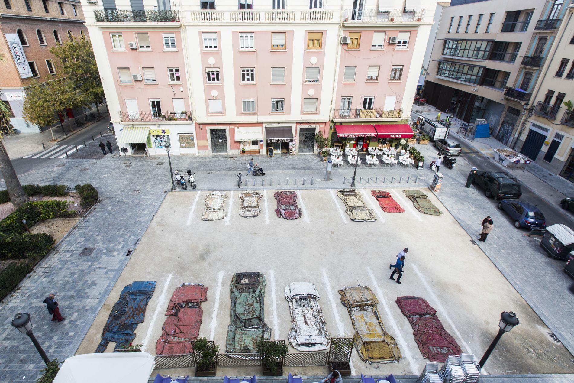 Una pintada en el suelo de un parking emulando, precisamente, un aparcamiento de coches.