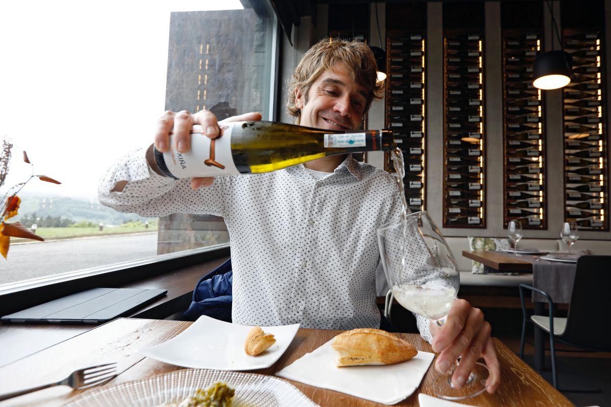 Iñaki Zendoia en la sala del 'Katxiña', en Orio (Guipúzcoa) sirviendo vino de su bodega.