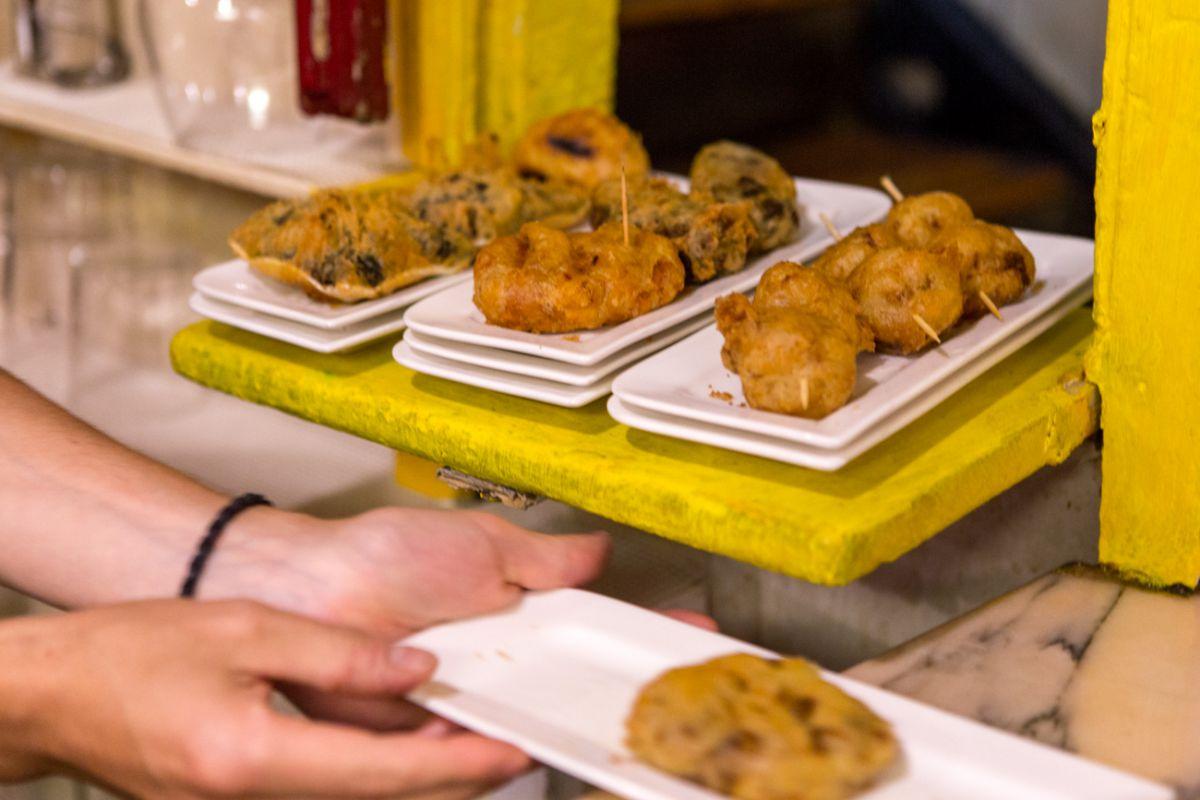 Un poco de todo: tapas de hongos, espinacas, pulpo y lechezuelas del 'Café Roch'.