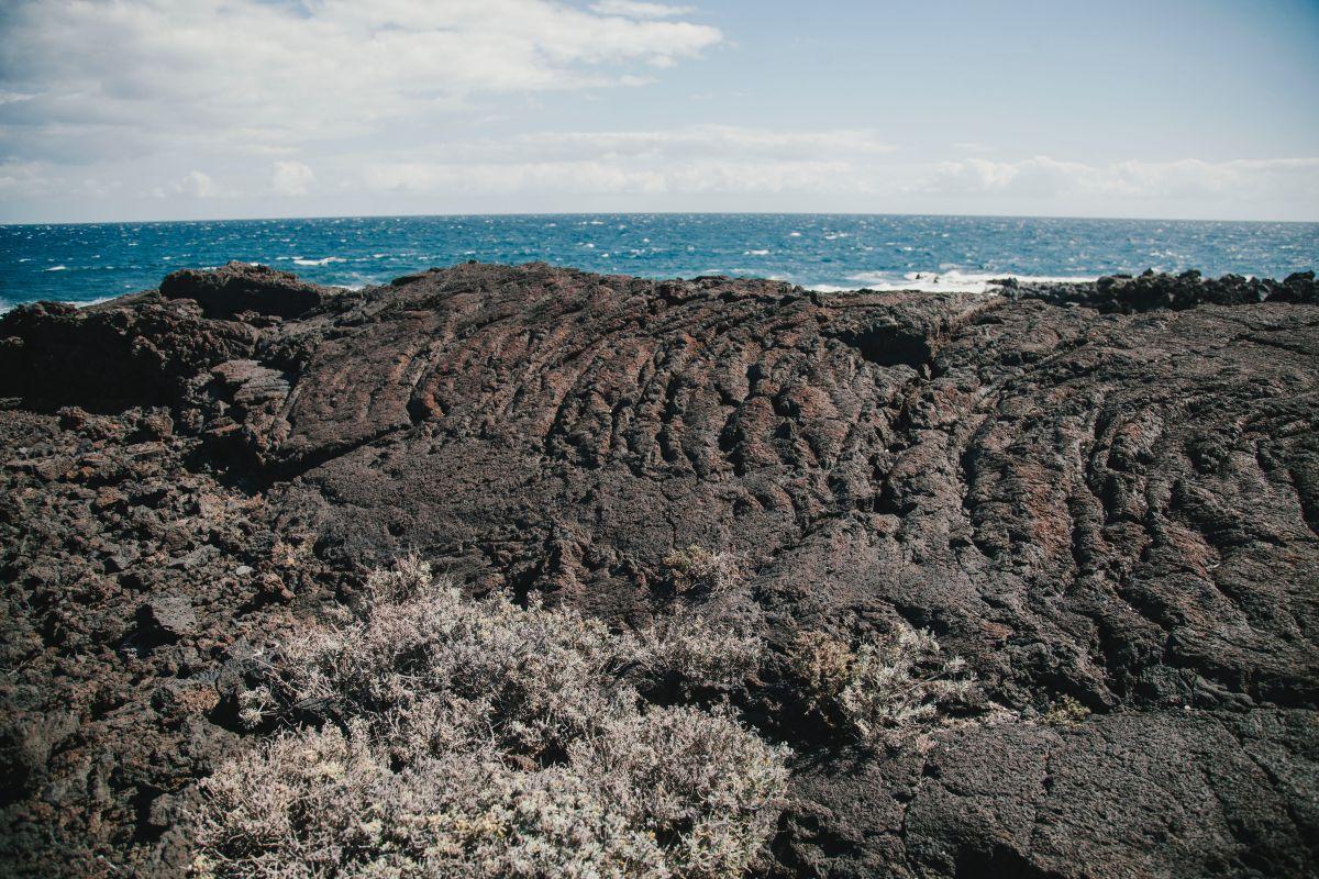Las lavas cordadas nos recuerdan que pisamos lo que antaño estuvo a 1.000 ºC.