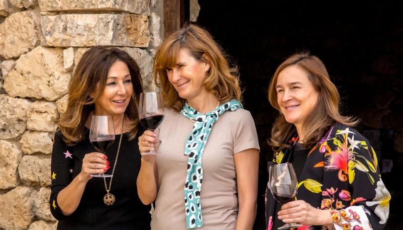 La presentadora junto a Yolanda y Carolina García Viadero, dueñas de Bodegas Valduero. Foto cedida por la bodega.