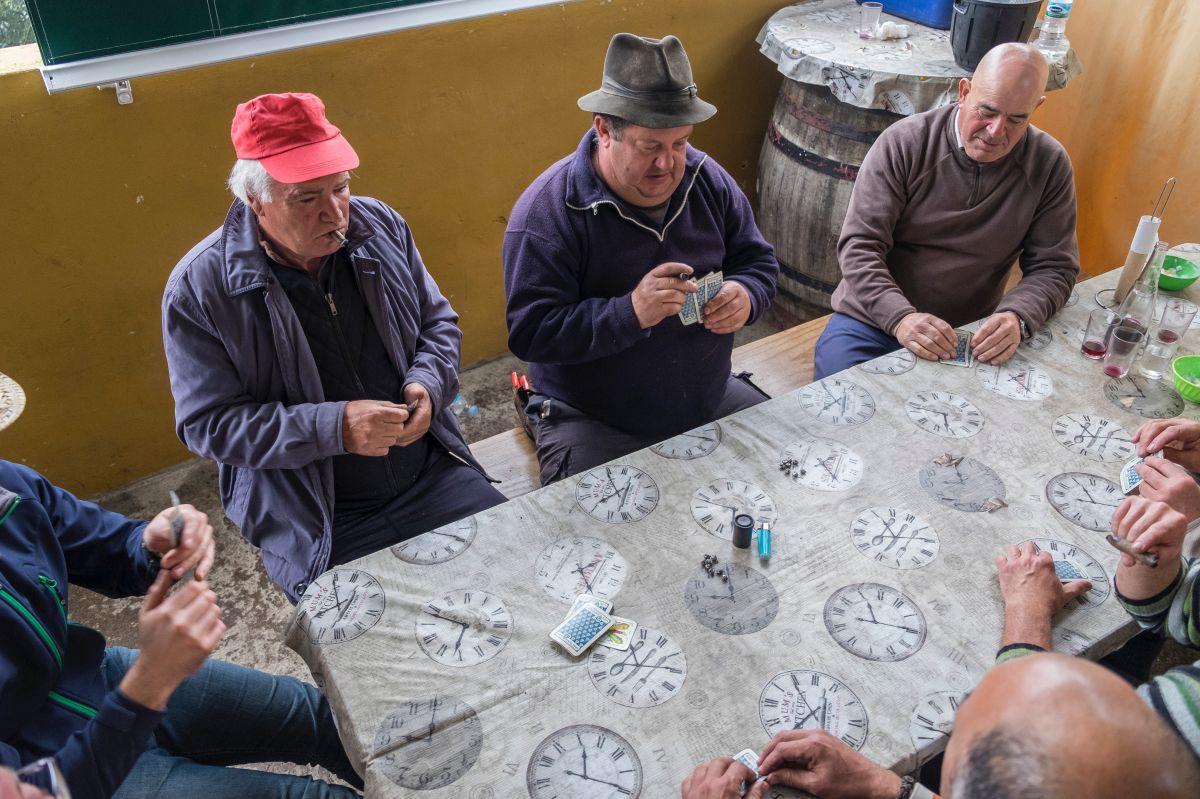 Los hombres juegan a las cartas en el guachinche Zacatín, en Tenerife.