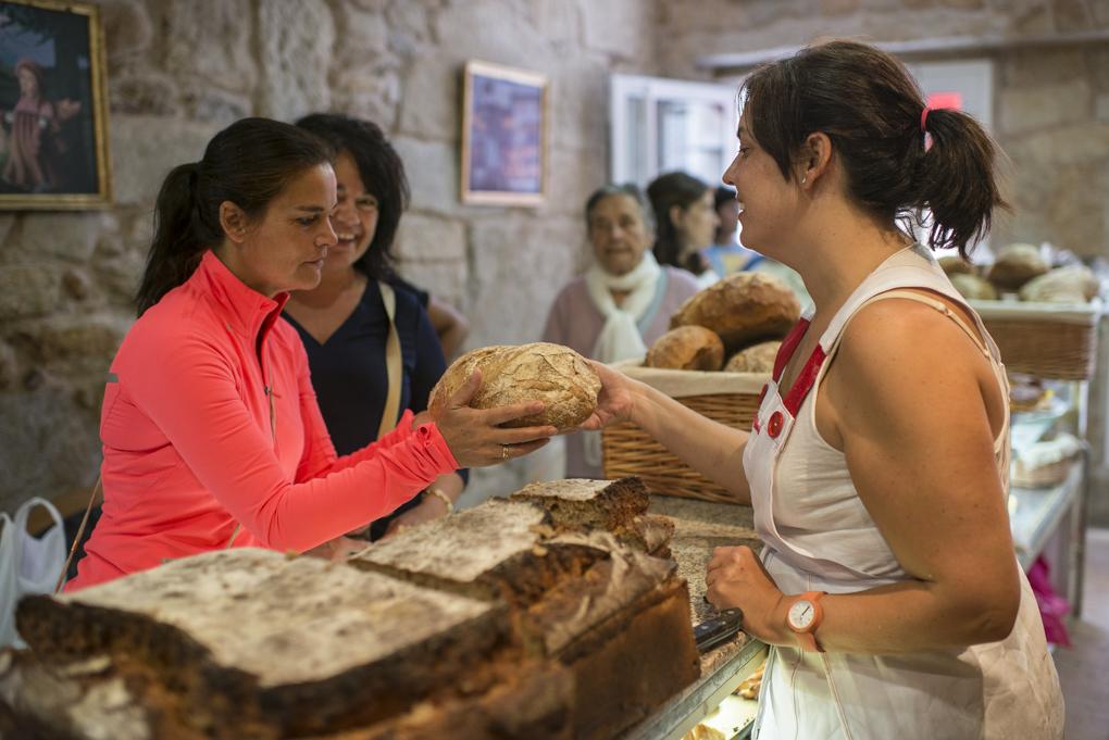 A los clientes les gusta elegir el pan a su gusto.