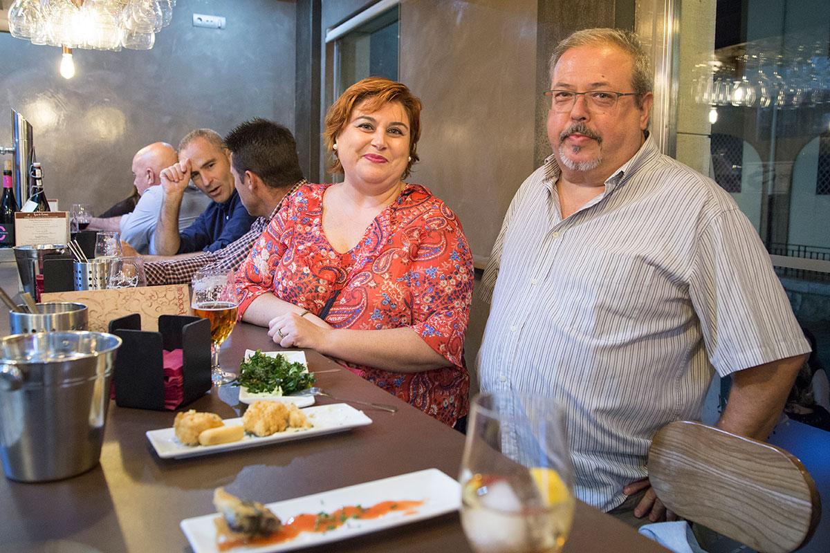 Clientes del local saboreando los platos de la casa.