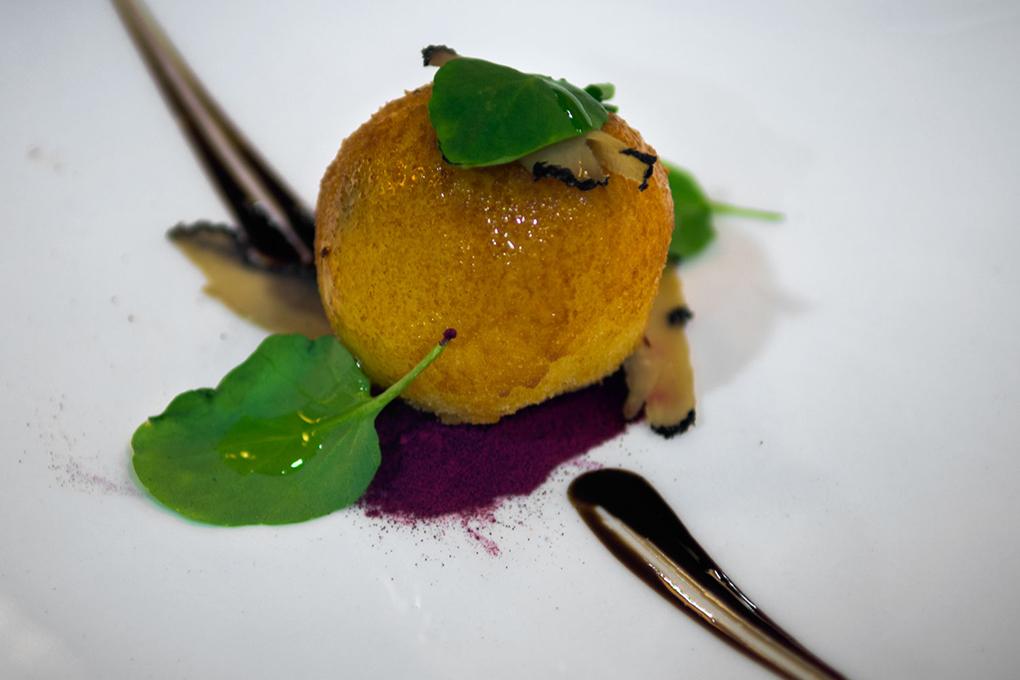 Croqueta de queso viejo 'Marantona' trufada con polvo de remolacha y reducción de frambuesa.
