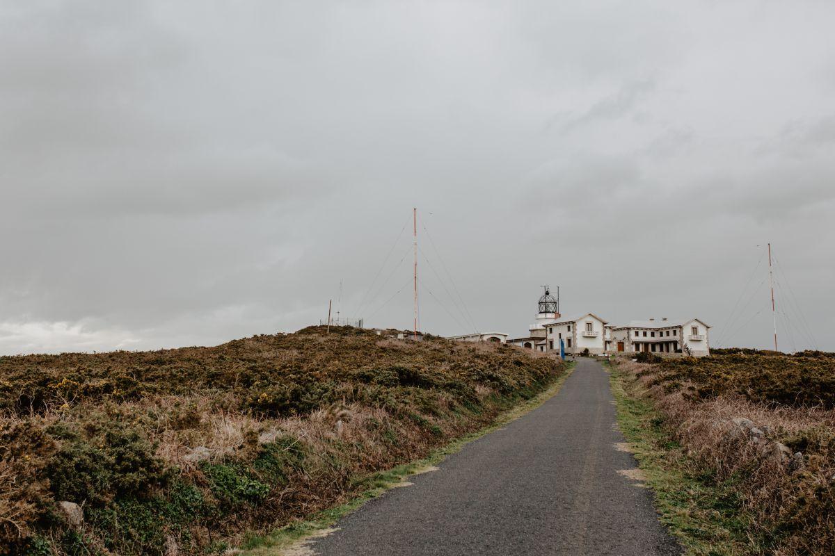 Vista de la carretera que conduce al Hotel Semáforo de Bares, cerca del Cabo y Faro de Estaca de Bares, en Mañón, A Coruña.