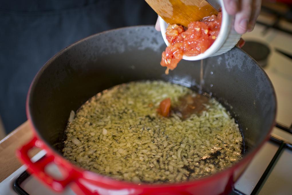 En cuanto se ablande un poco, añadir el tomate y dejar sobre fuego mediano hasta que se haga un buen sofrito.