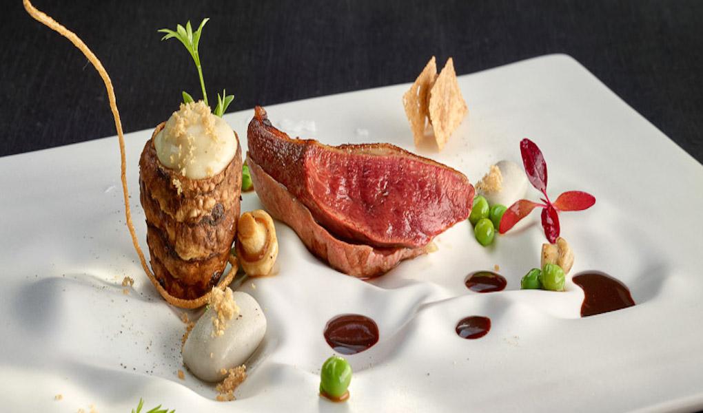 Pichón asado a baja temperatura al carbón con bocaditos de patata y trufa, verduras olvidadas. Foto: Berasategui.