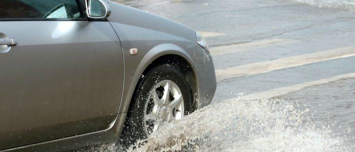 Unos buenos neumáticos aseguran mayor estabilidad ante el aquaplaning.