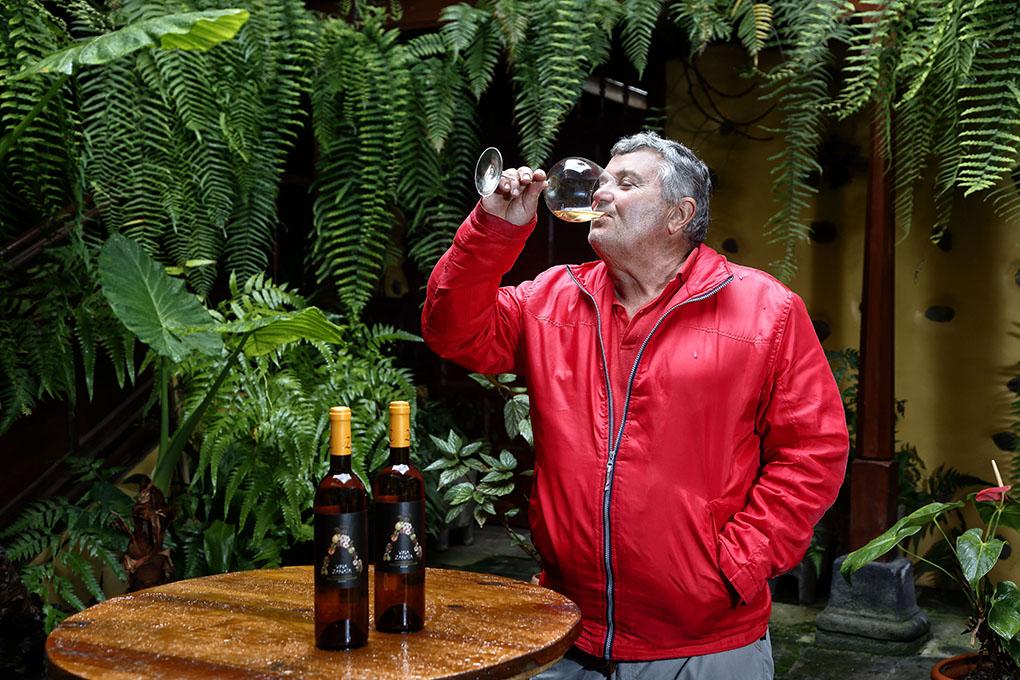 Carlos Pérez disfruta de sus vinos con las visitas que llegan a su bodega casi a diario.