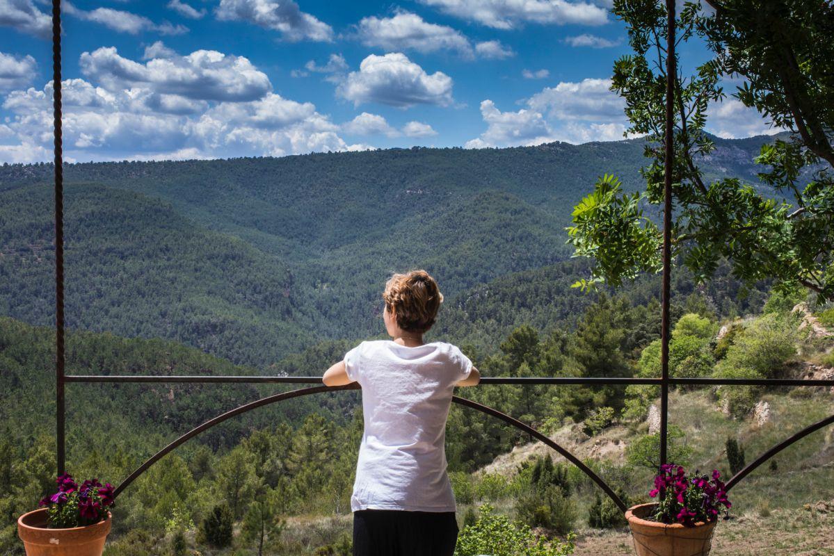 Vistas del valle desde la masía de  la casa rural Mar de la Carrasca, en el parque natural de Peñagolosa, Castellón.