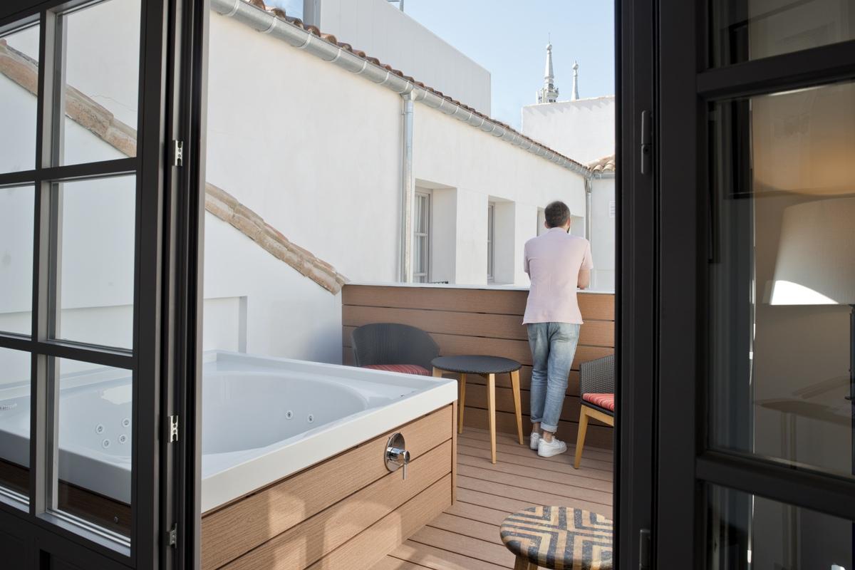 La Suite Meller cuenta con jacuzzi en la terraza y una elegancia de otro tiempo.
