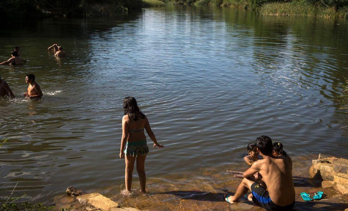 El baño más popular es el de la Yedra, en la localidad de Piedrabuena. Foto: Manuel Ruíz Toribio