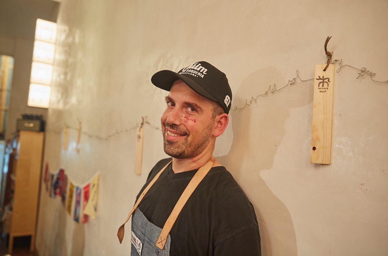 El chef Aitor Olabegoya en su restaurante pop up de barbacoa japonesa, en Poble Sec (Barcelona).