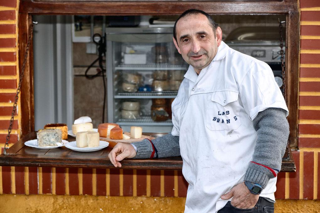 Pedro Velardes, el hombre 'cheese', junto a su quesería de Pendes. Foto: Roberto Ranero.