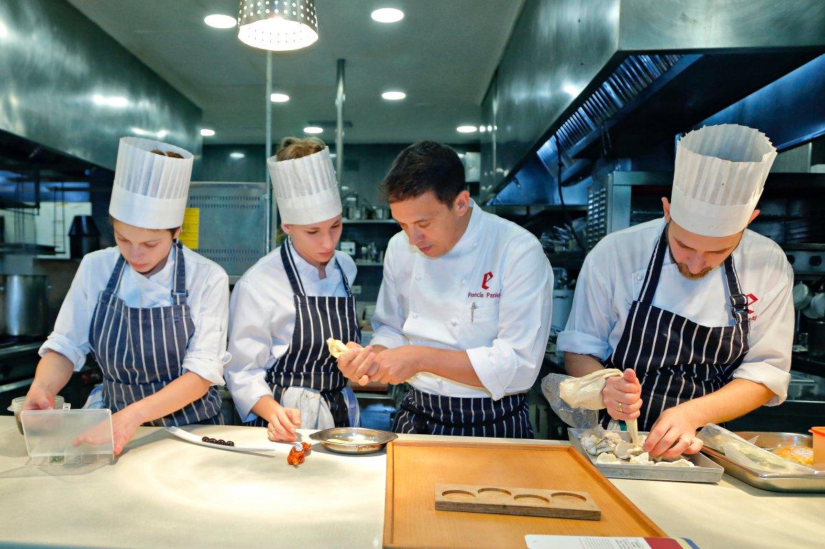 Restaurante 'El Portal de Echaurren'. Francis Paniego con parte de su equipo de cocina