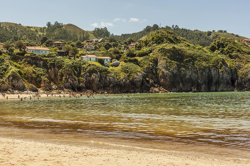 Aprovecha para acceder a las Lastras de Pechón cuando hay marea baja en la playa de Amio. Foto: Shutterstock.