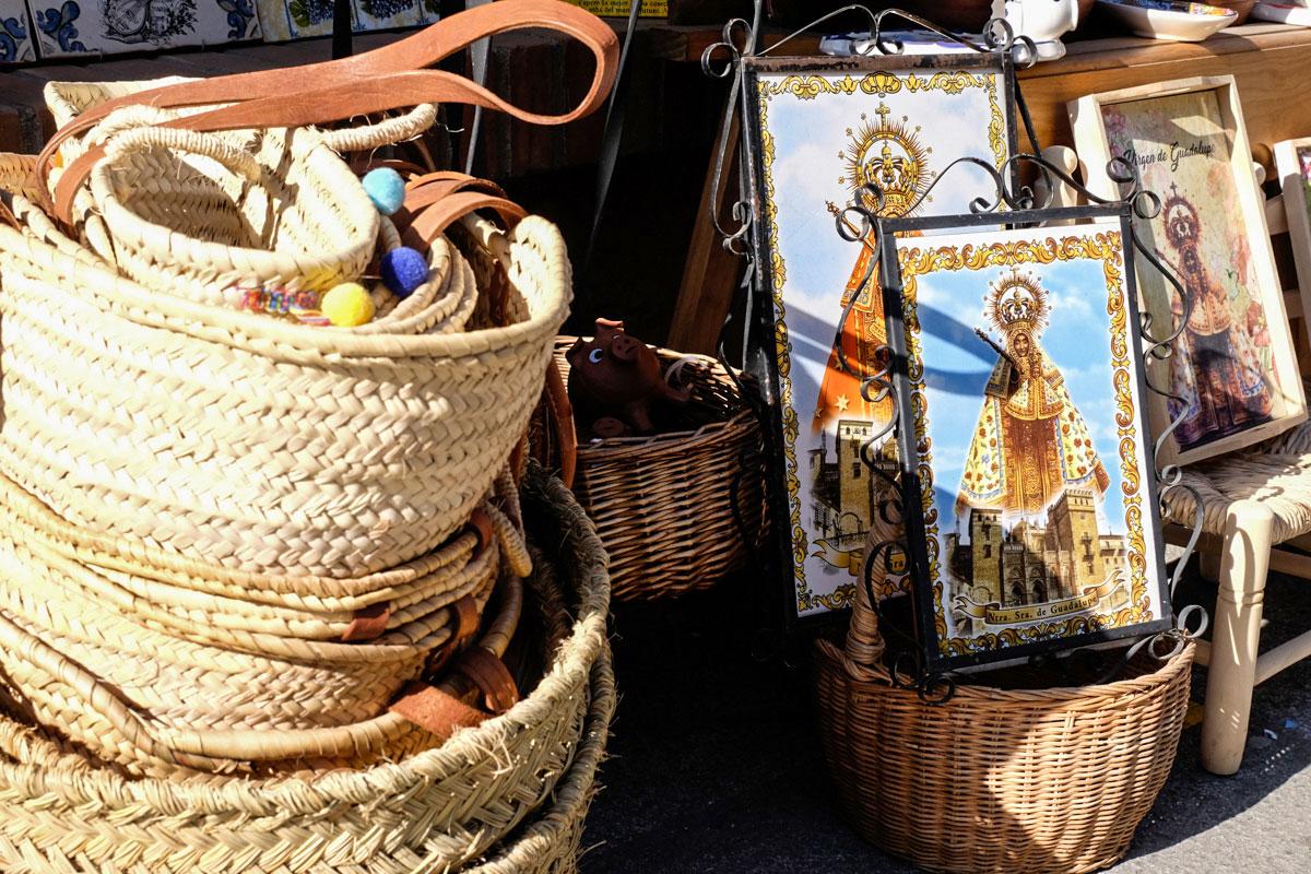 Artesanías en una tienda de souvenirs en Guadalupe (Cáceres).