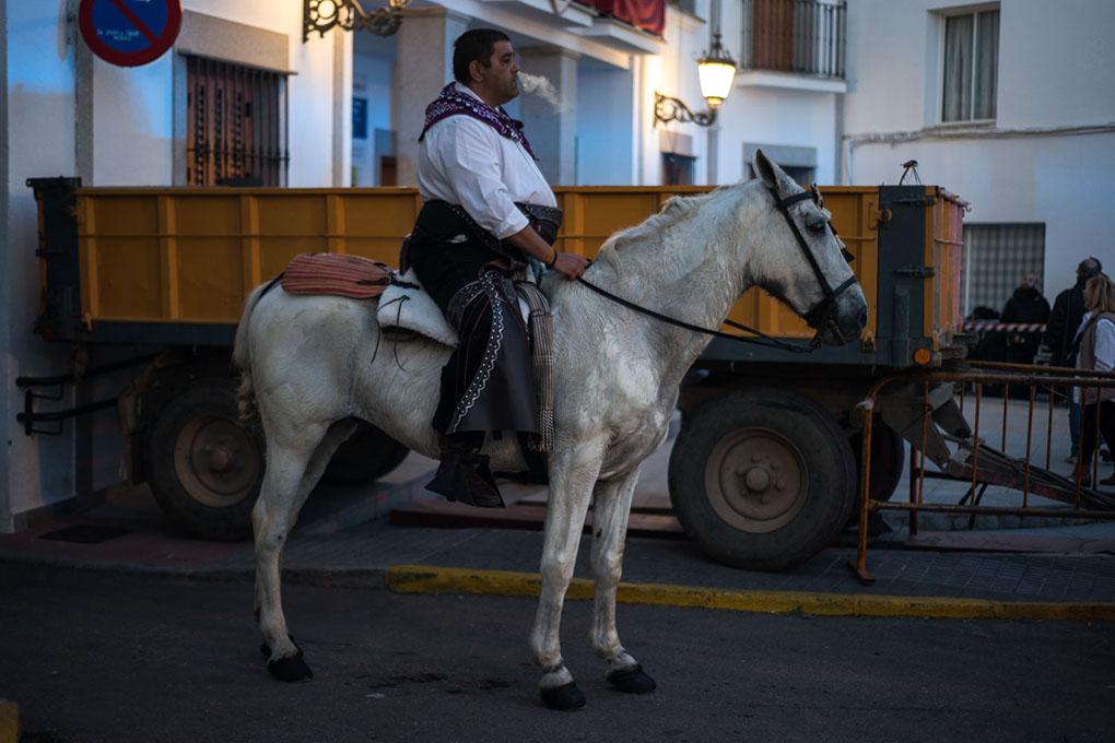 Hombre sobre un caballo en plena fiesta. Foto: Manuel Ruiz Toribio.